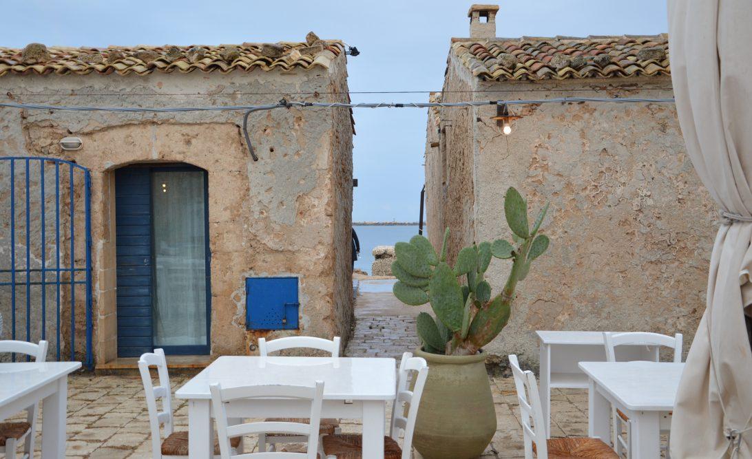 Marzamemi borgo di pescatori Sicilia vicolo sul mare