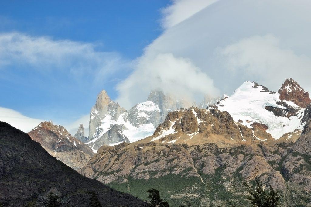 la cima del Cerro Torre tra le nuvole. El Chaltén, Patagonia argentina
