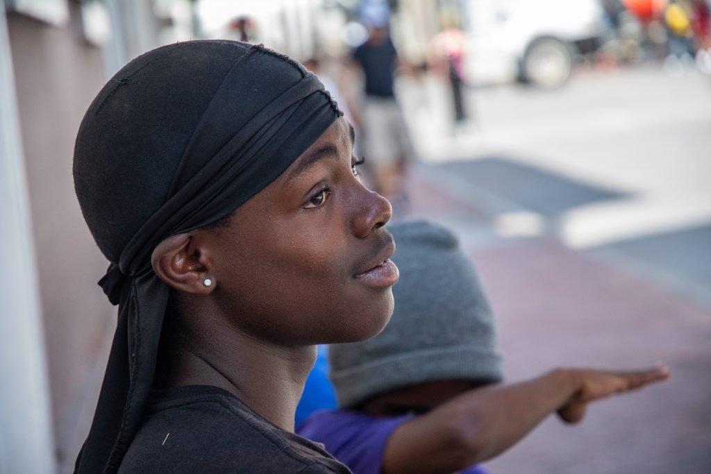 giovani musicisti improvvisati per le strade