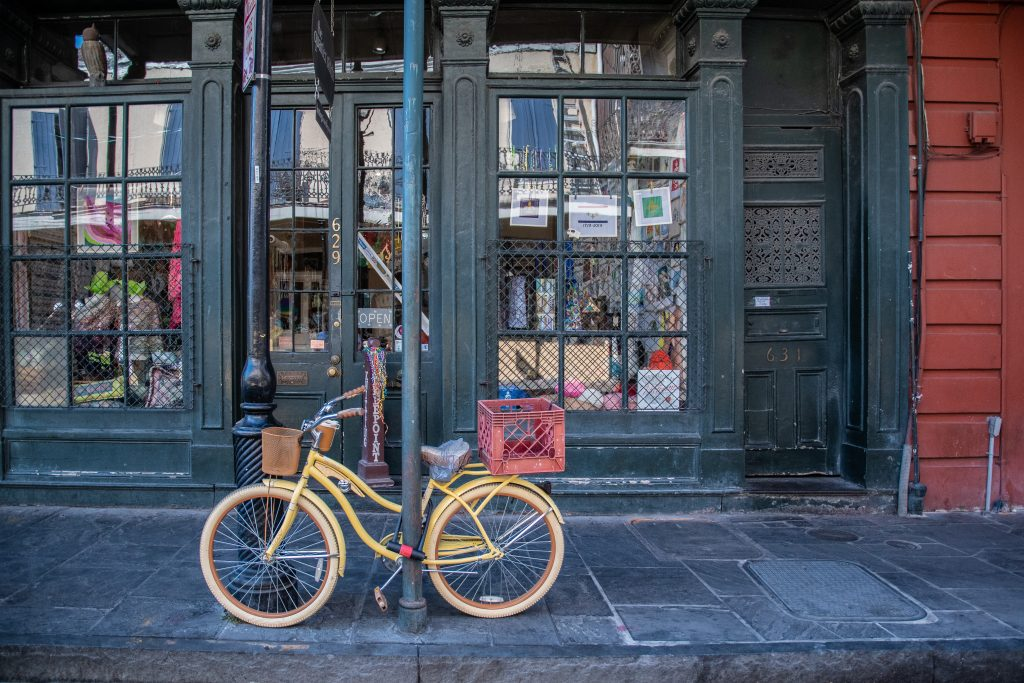 portici e vetrine nelle strade del Quartiere Francese
