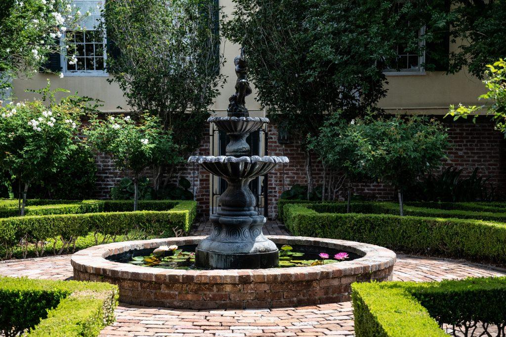 La bella fontana in  ghisa in un  cortile nascosto