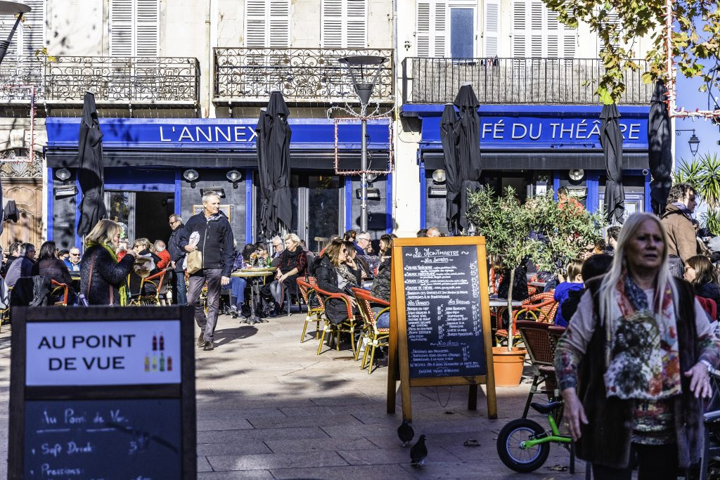 ristoranti con i tavolini all'aperto sulla bella Place de Lenche
