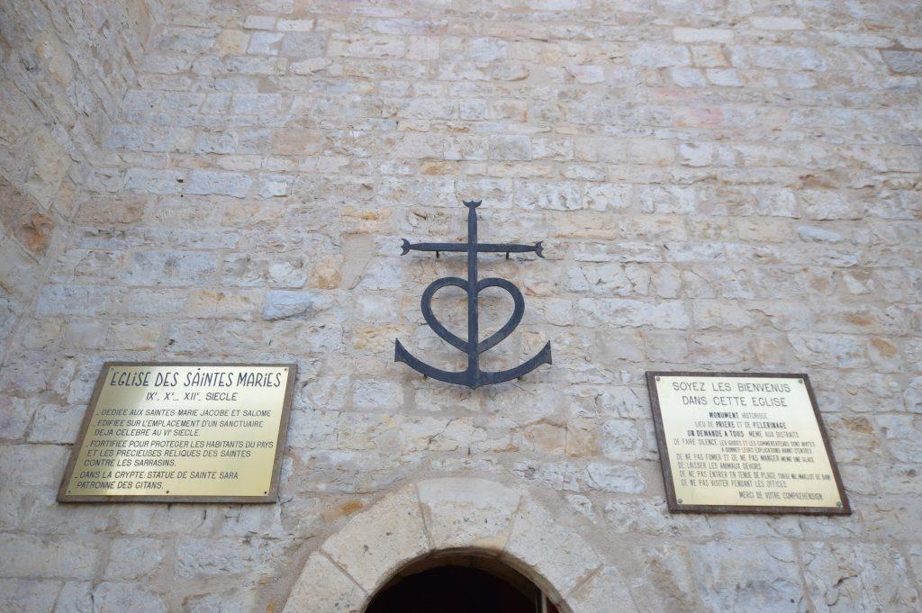 la croce della Camargue sulla facciata della chiesa di Saintes-Maries-de-la-Mer legata dalla leggenda all'origine delle navettes di Marsiglia