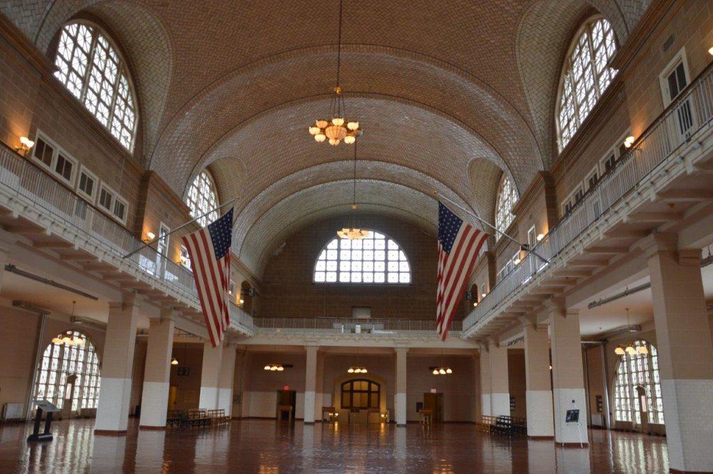 Ellis Island il museo dell'immigrazione la sala di arrivo