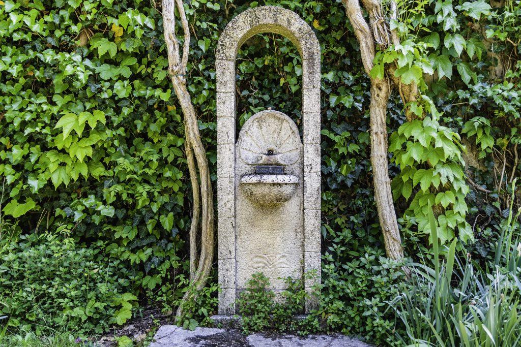 Fontana in pietra, se ne vedono numerose lungo il viale delle fontanelle del Parco Sigurtà.