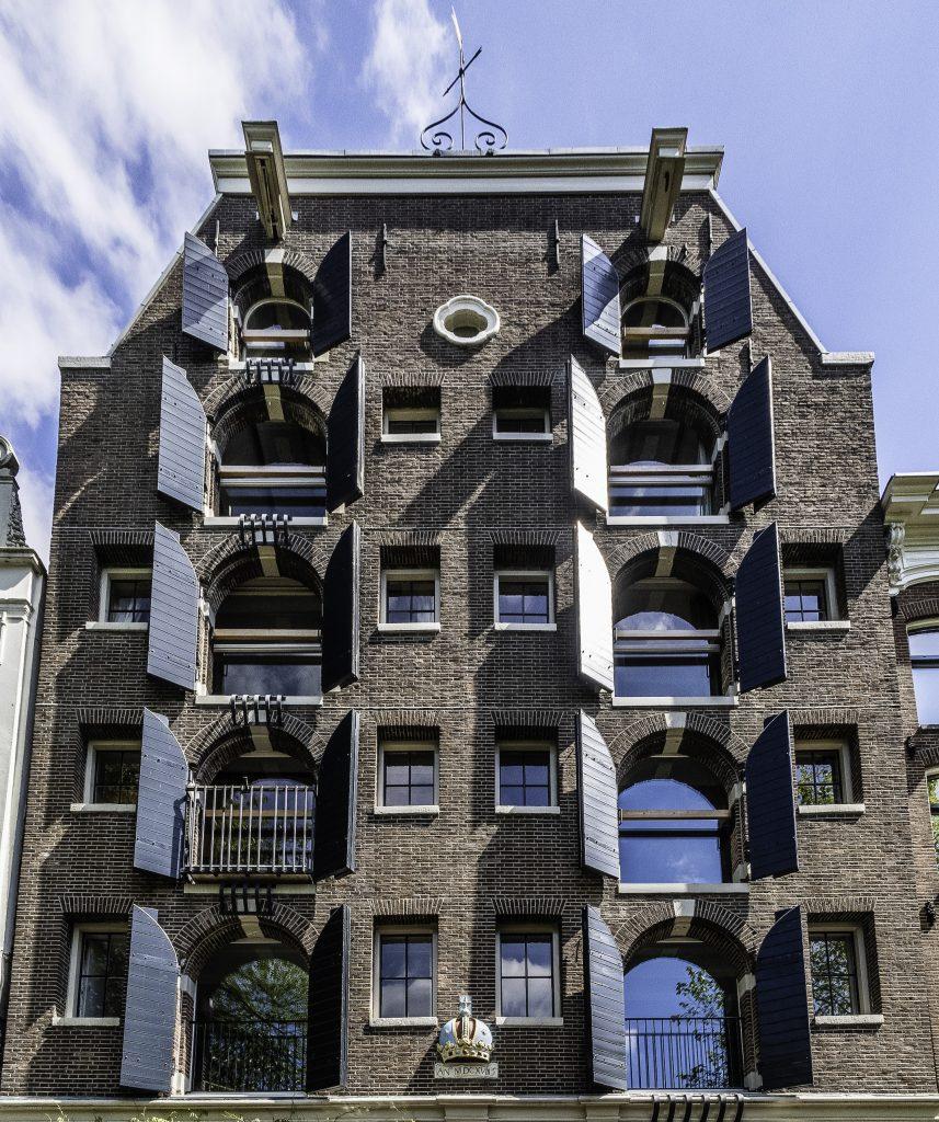 il simbolo della città di Amsterdam è visibile sulla facciata del palazzo
