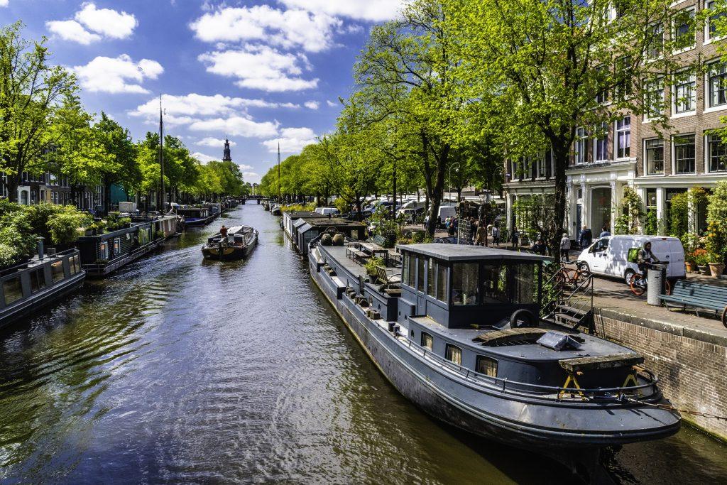 lo scorcio di un canale di Amsterdam con le case galleggianti