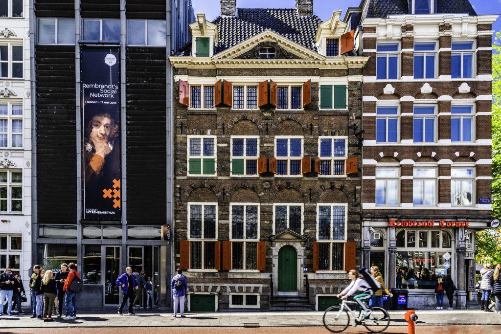 le finestre delle case di Amsterdam sono una caratteristica della città