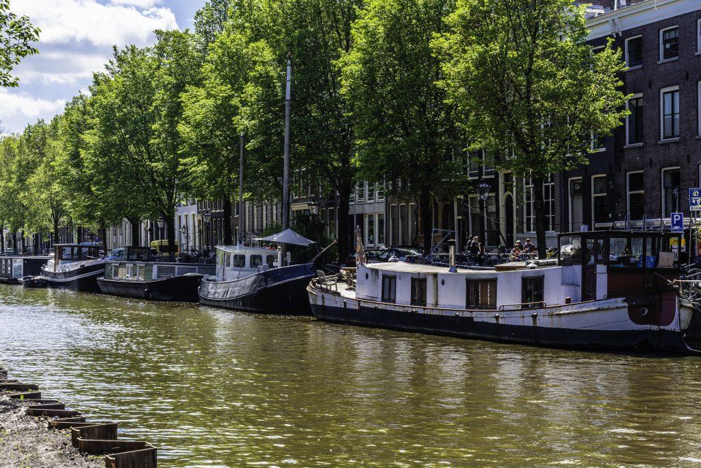 Le houseboats ormeggiate lungo i canali sono spesso affittate come B&B