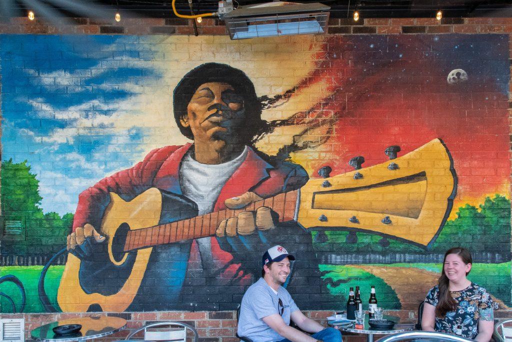 giovani al tavolino di un bar di Jackson Mississippi