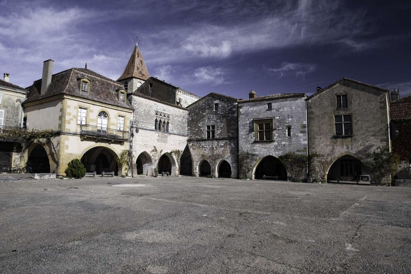 la piazza medievale di Montpazier con i portici bassi