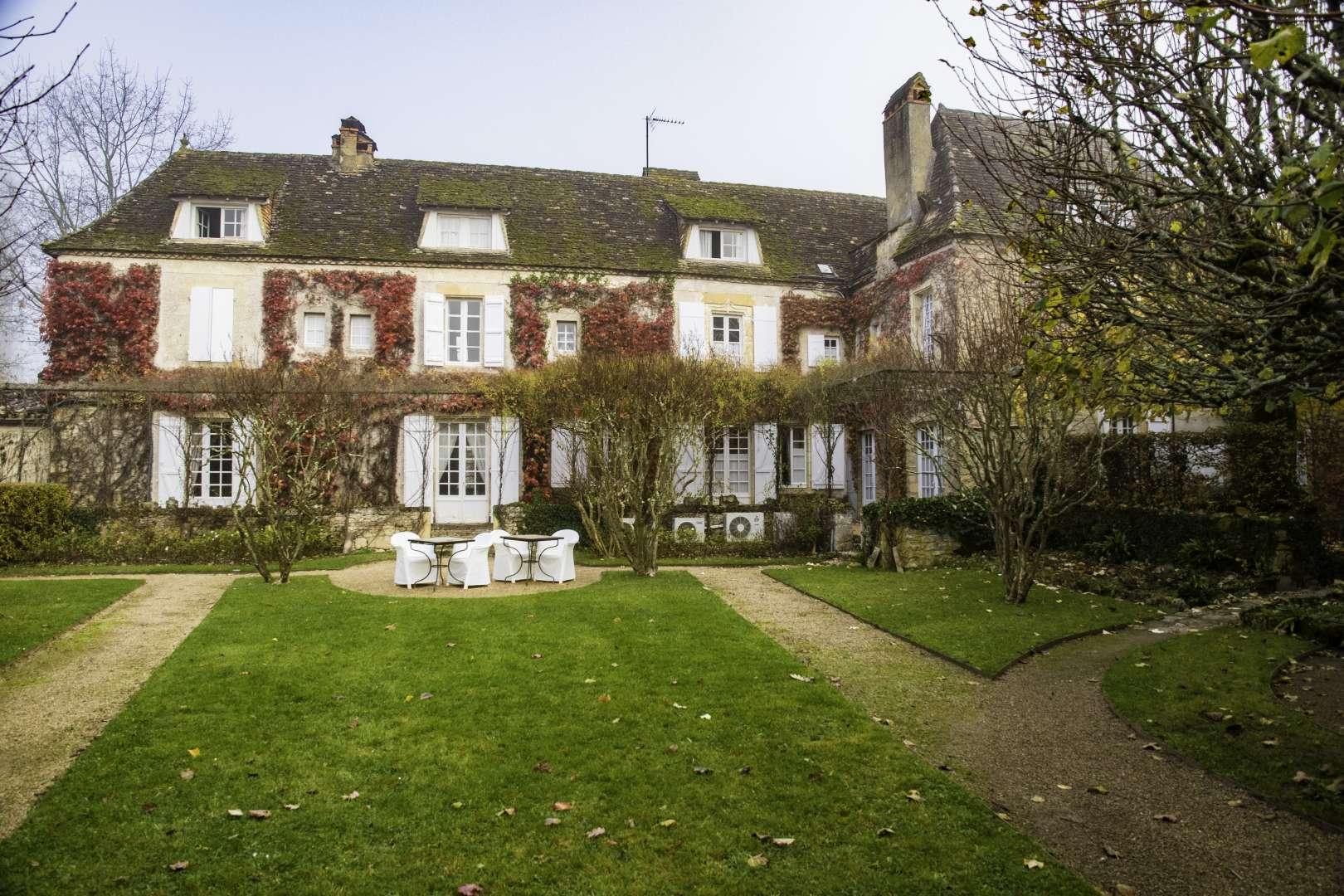 Le Vieux Logis a Tremolat con la facciata ricoperta di edera e vite americana
