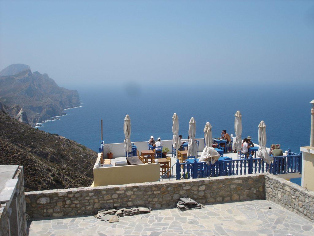 Taverna greca sospesa sul blu del mare