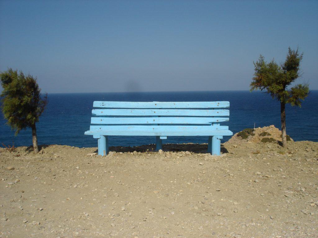 il meltemi in grecia soffia forte e piega gli alberi