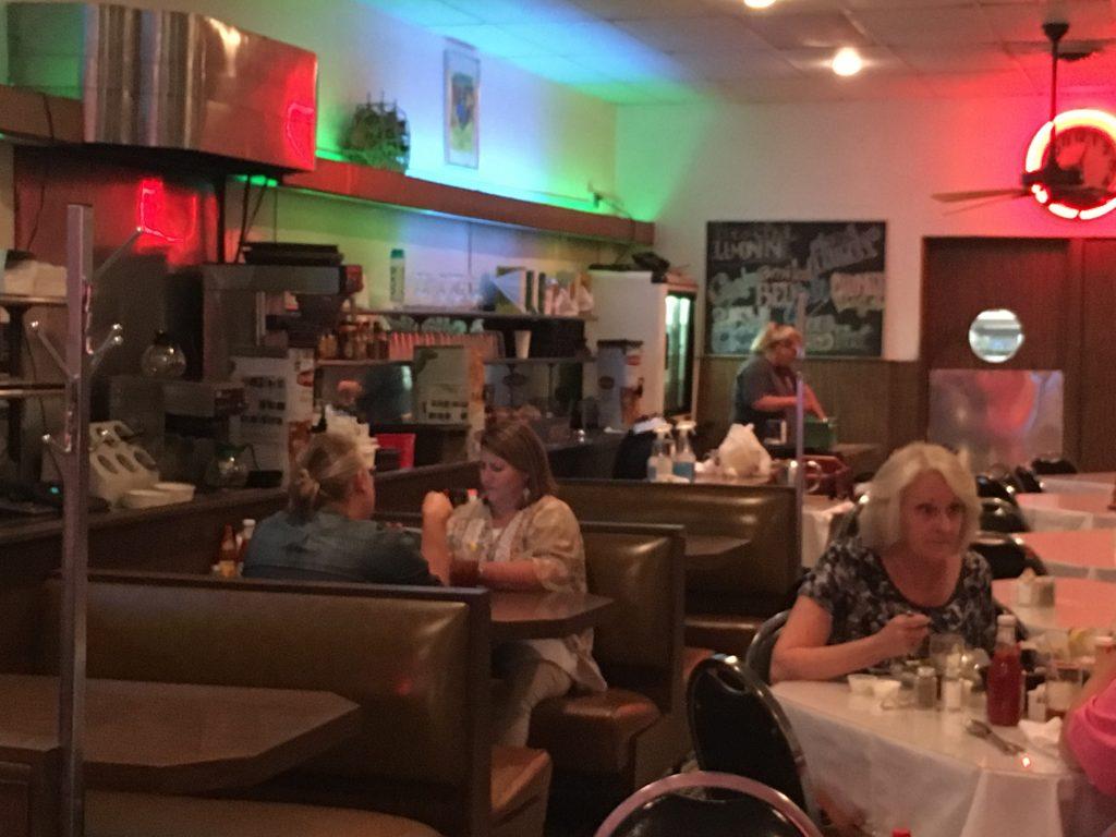 l'interno del May Flower Café di Jackson dove Skeeter cena con il fidanzato.