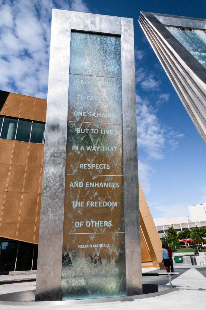 Fontana con una frase di Mandela sulla libertà, di fronte al Museo di Atlanta