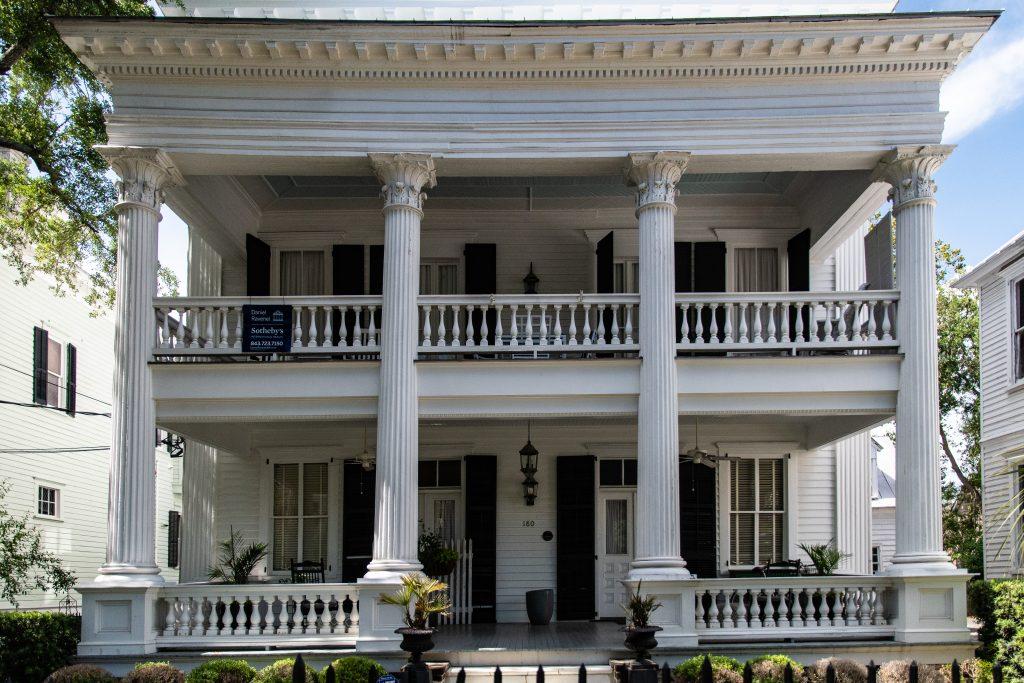 tipica casa antebellum del Sud con le colonne in stile greco e il portico