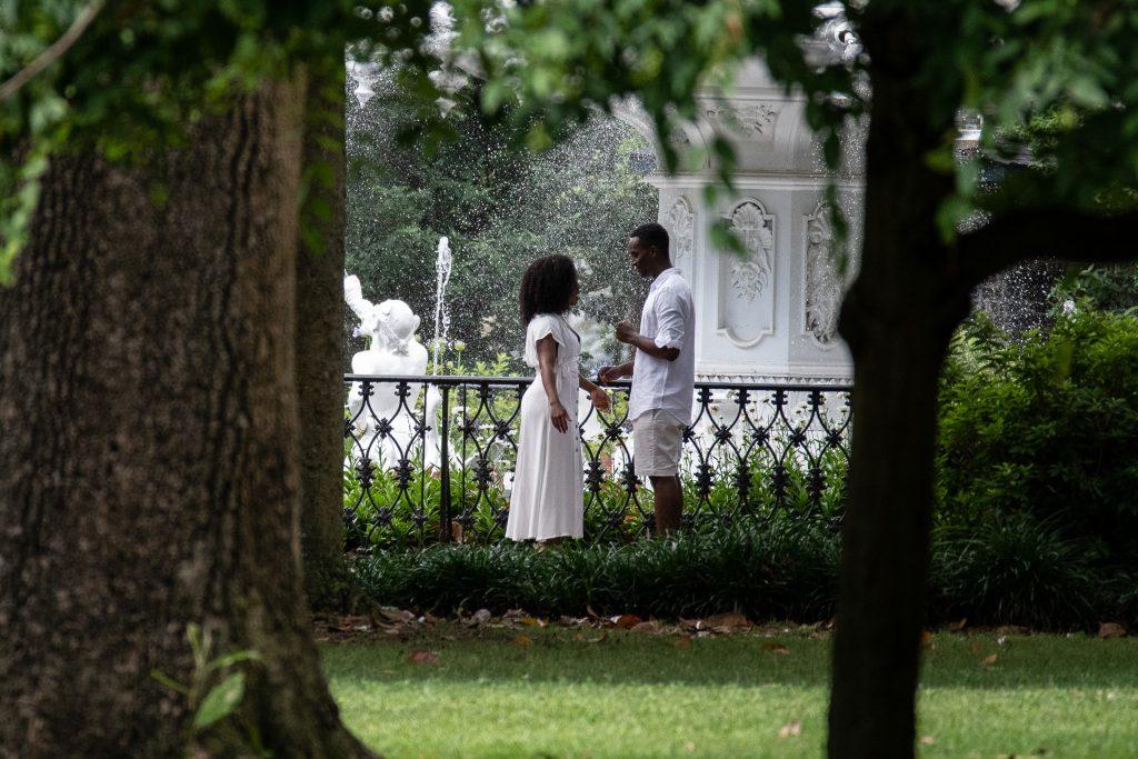 una romantica coppia nei giardini di Savannah