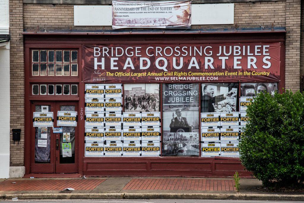 una vetrina con le immagini della marcia da Selma a Montgomery