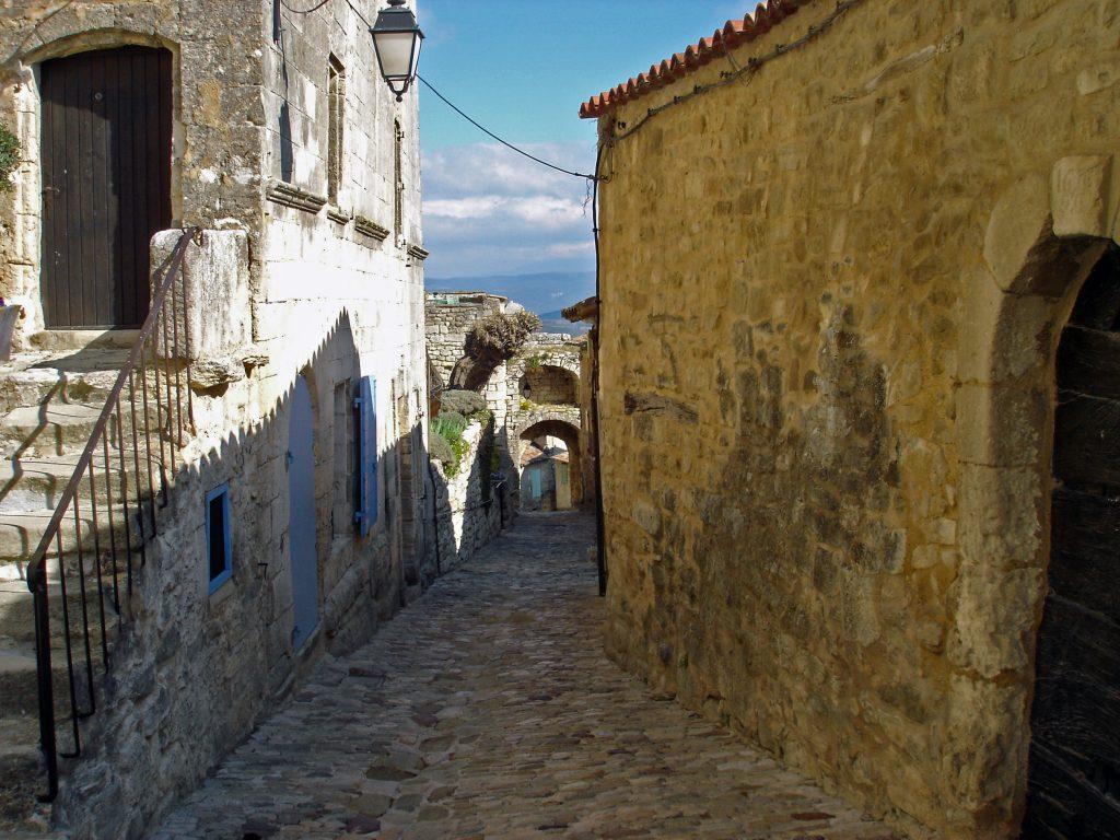 Il piccolo villaggio di Lacoste nel Luberon offre scorci bellissimi dei suoi vicoli
