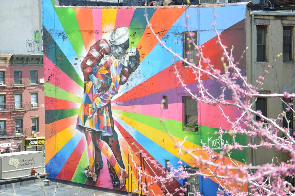il murale di Kobra che riproduce il bacio della famosa foto scattata a Times Square alla fine della guerra