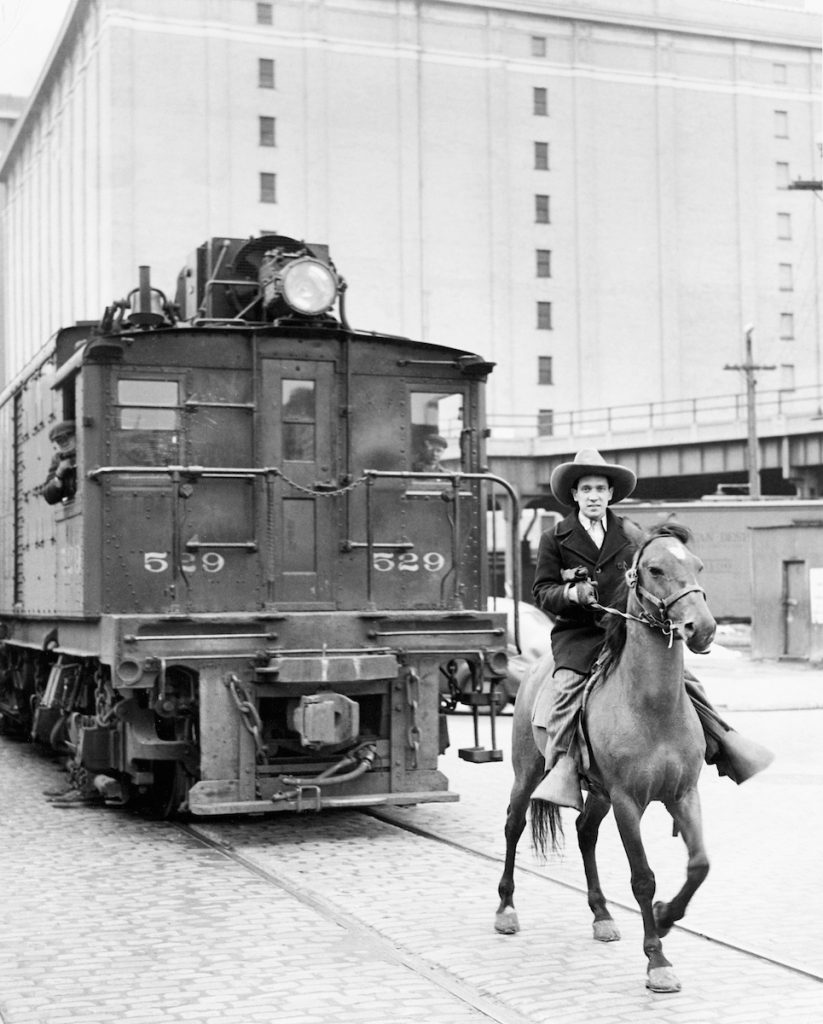 uomini a cavallo pattugliavano i binari lungo la 10th Ave per evitare incidenti