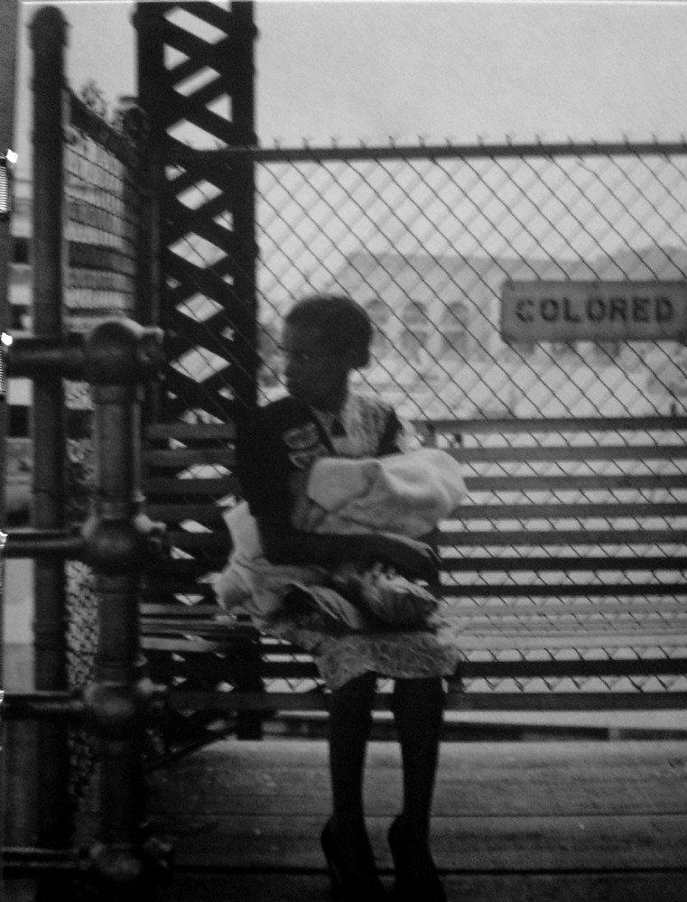 nell'Alabama degli anni '60 i neri avevano spazi riservati per ogni attività e non si potevano mescolare ai bianchi neppure alle fermate degli autobus