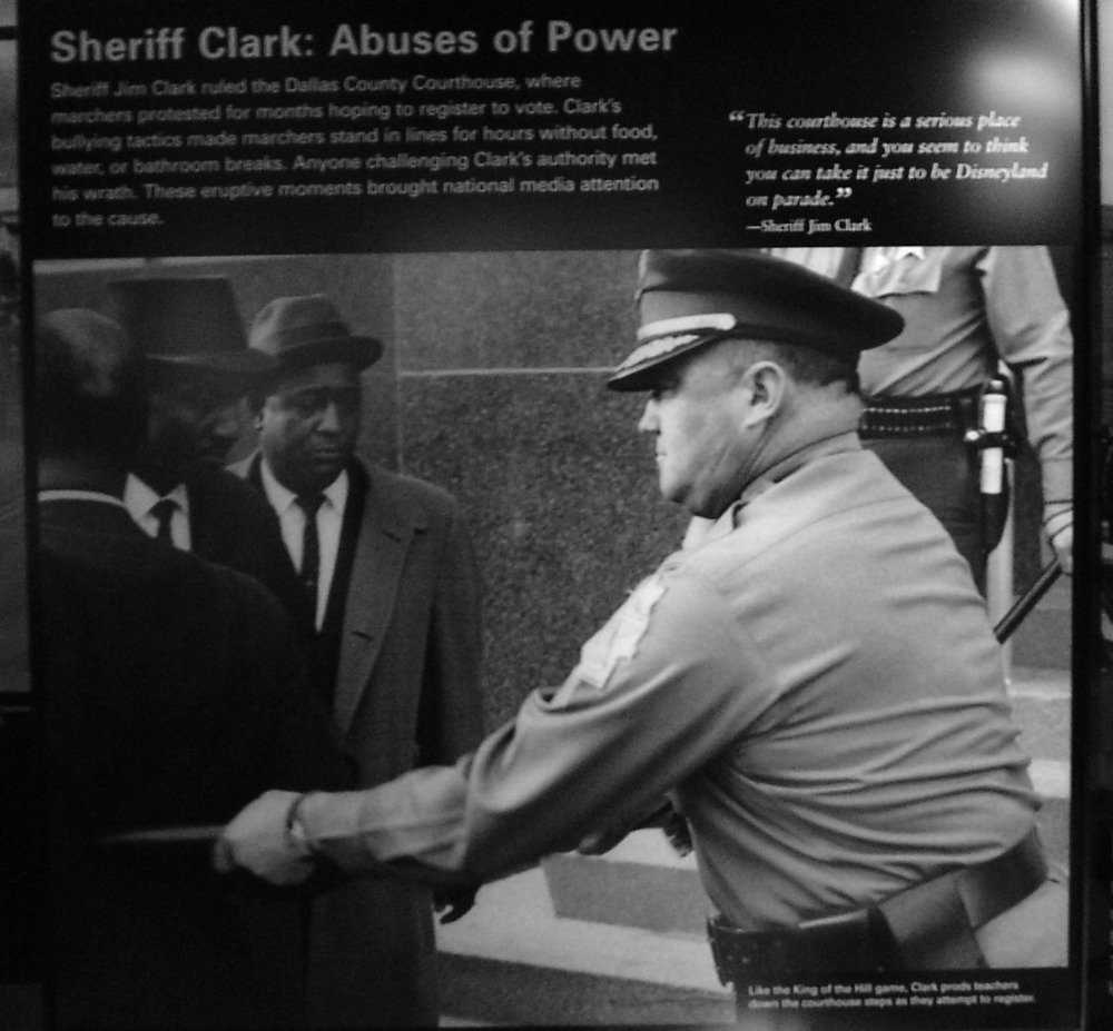 Lo sceriffo Clark abusa del suo potere contro manifestanti indifesi
