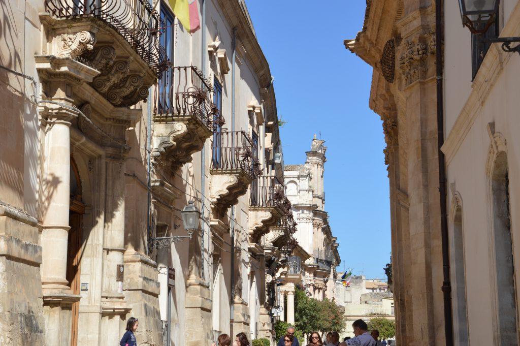 balconi  decorati dei palazzi di Scicli