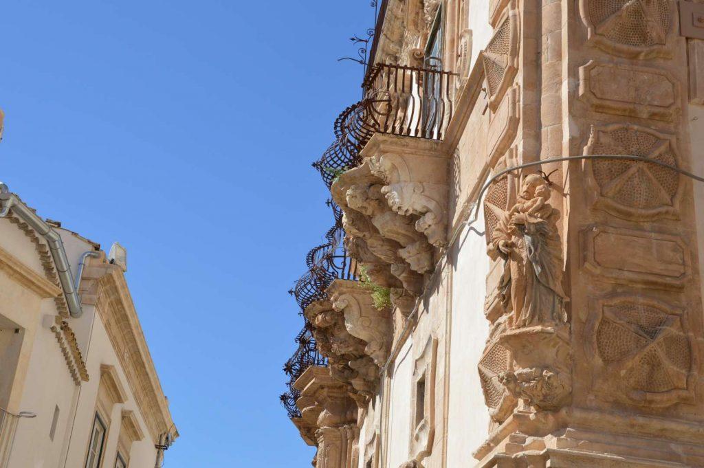 i balconi con le balaustre convesse erano fatti per contenere le ampie gonne delle dame
