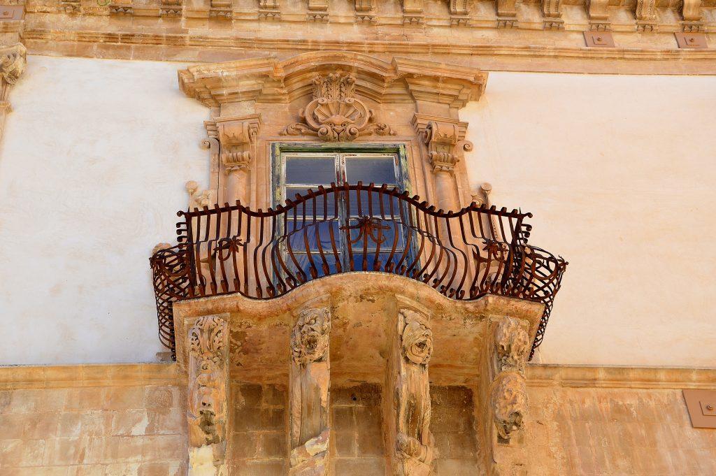 le decorazioni del barocco siciliano sono ricche di mascheroni e stemmi