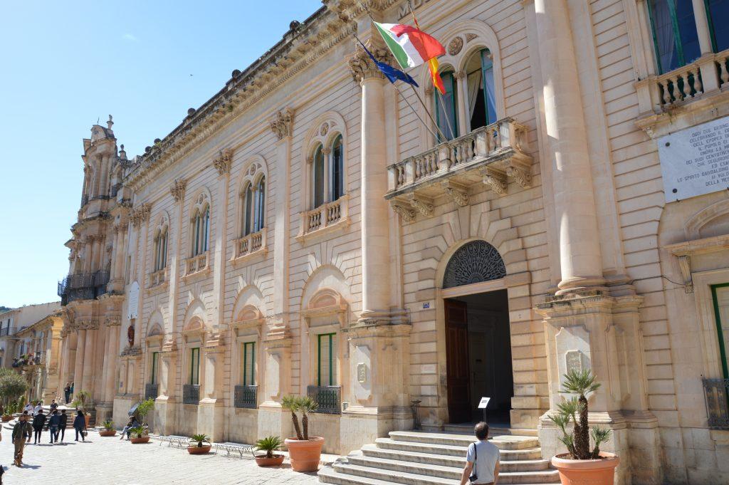 Il Palazzo del Comune di Scicli è, nella fiction, il Commissariato di Vigata
