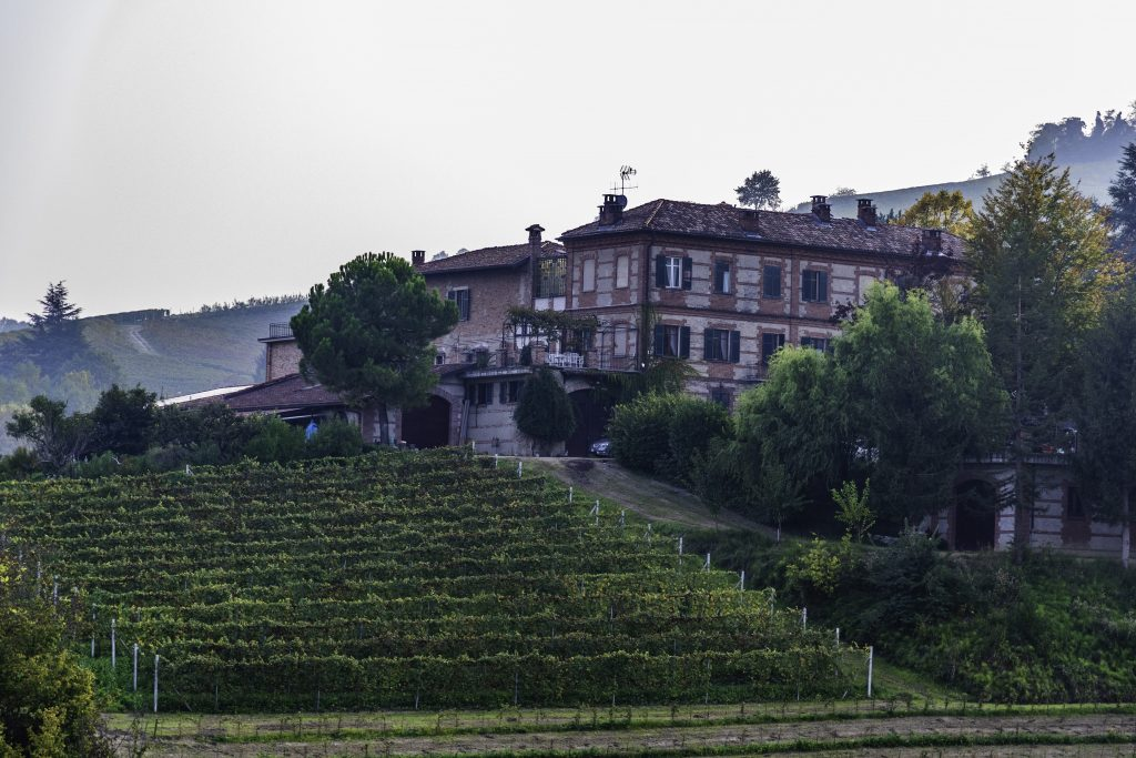 il castello di Barolo domina la collina