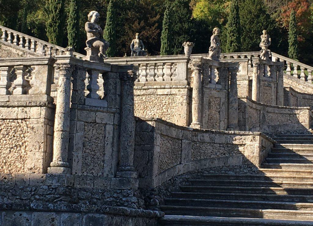 il giardino di Villa Della Pota Bozzolo è ornato con statue di putti