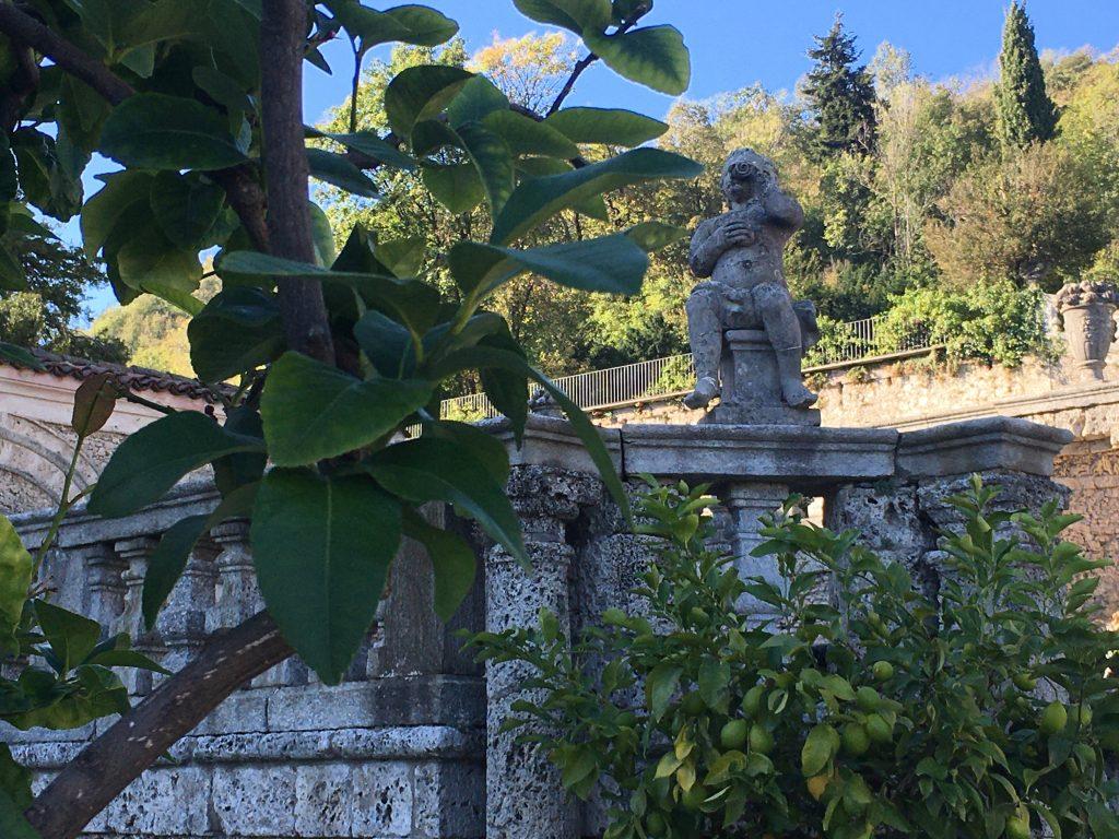dettaglio di uno dei putti che decora le balaustre del giardino della Villa