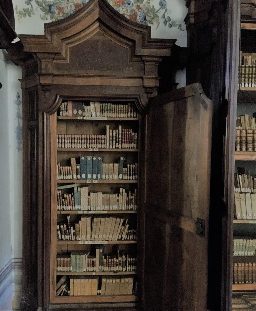un dettaglio della biblioteca del Senatore Camillo Bozzolo