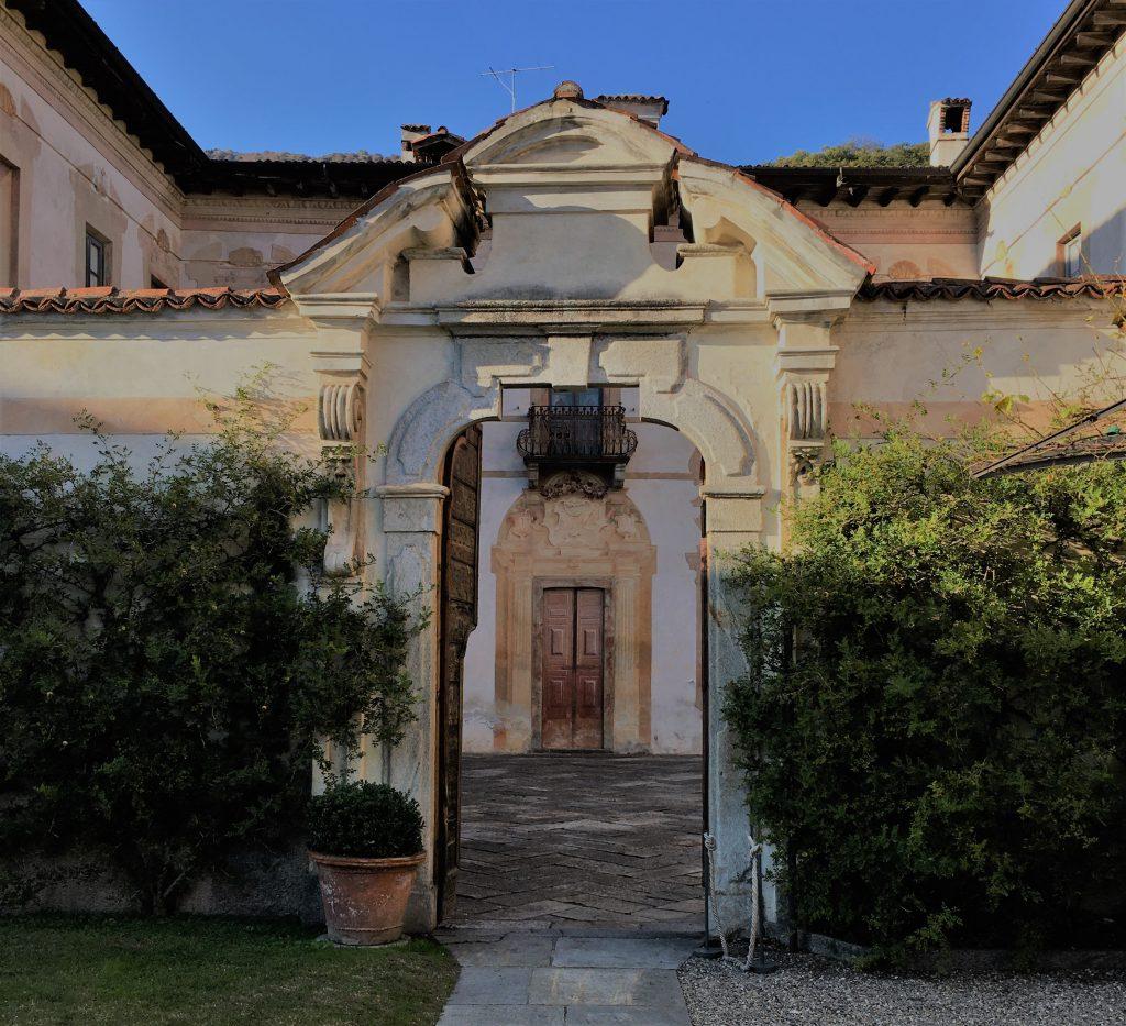 uno dei cortili di Villa Della Porta Bozzolo