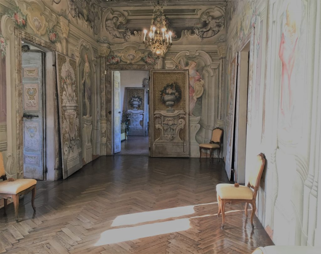 la galleria al primo piano con decori trompe l'oeil