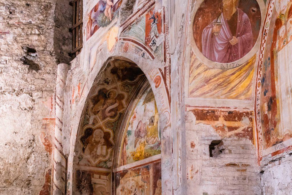 affreschi all'interno del Duomo di Spoleto