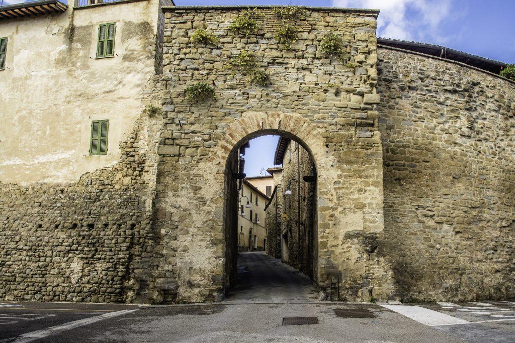 la porta medievale tra le mura di Bettona