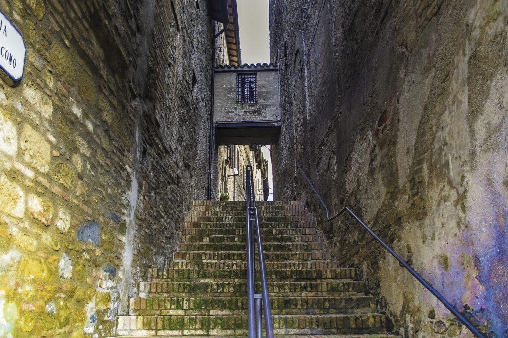 stretti vicoli e scale nei borghi dell'Umbria