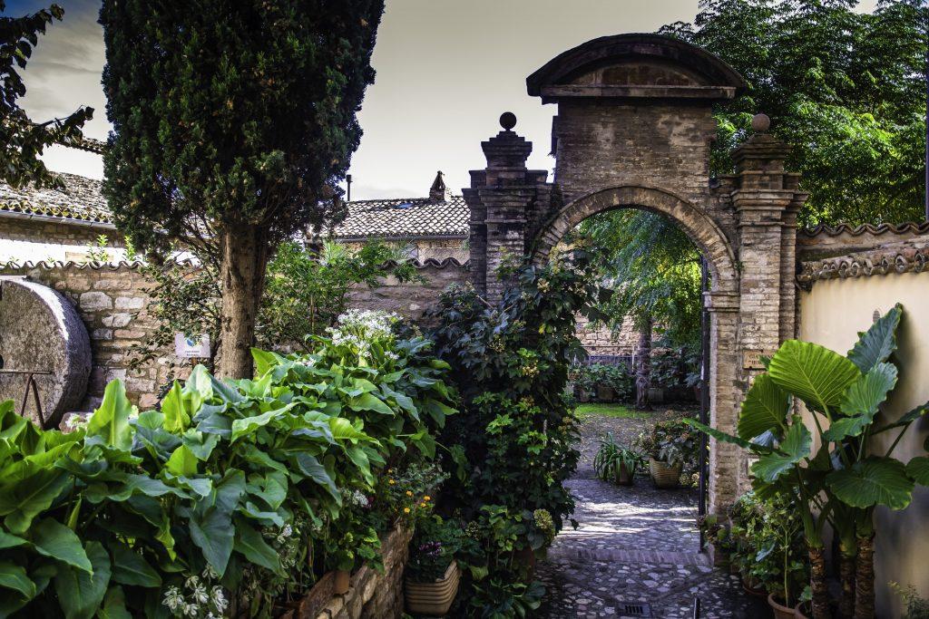 Il piccolo giardino accanto alla collegiata di Santa Maria Maggiore a Spello