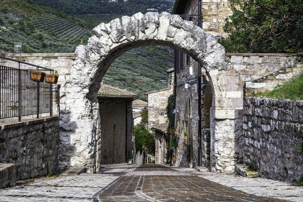 la porta dell'Arce a Spello si trova sulla sommità della collina e regala una vista bellissima sulla vallata