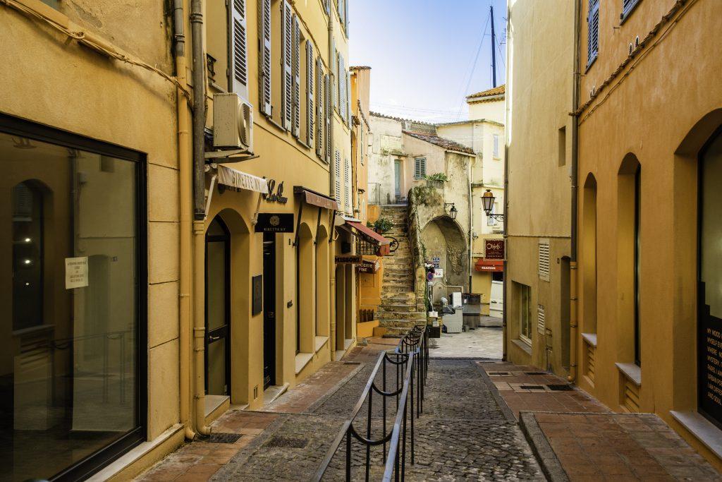 i vicoletti tra i muri color ocra di Saint-Tropez