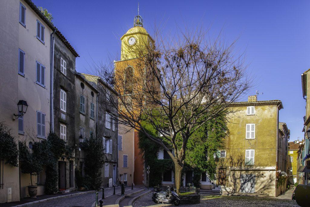 uno scorcio del campanile colorato di Saint-Tropez