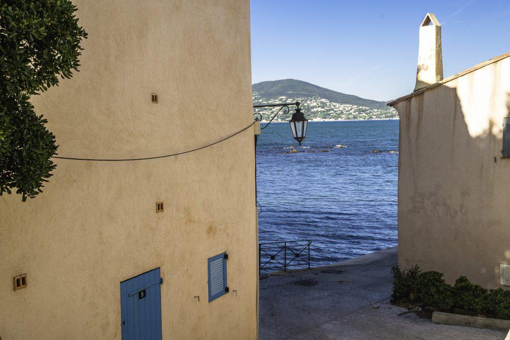 uno scorcio di mare tra le case color ocra, un colpo d'occhio imperdibile per la gita di un giorno a Saint-Tropez