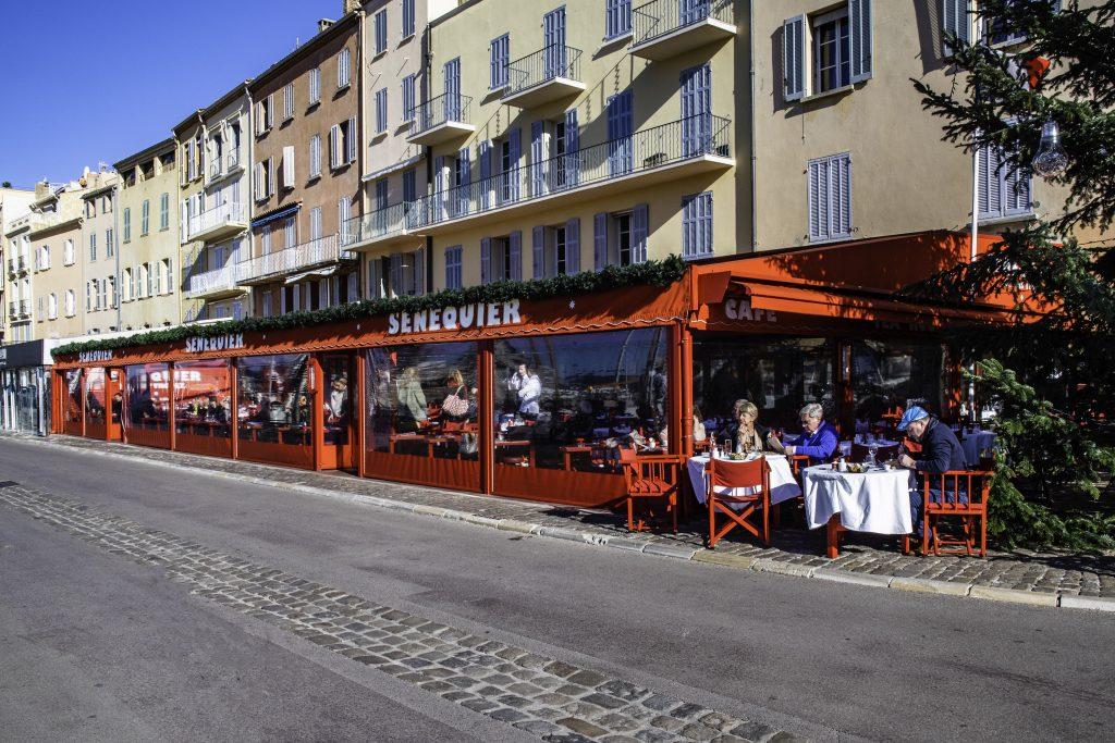 il famoso ristorante Senequier sul porto di Saint-Tropez frequentato da sempre dai vip.