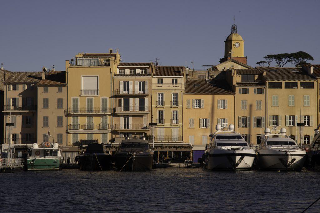 l'inconfondibile profilo del clocher di Sant-Tropez visto dal porto