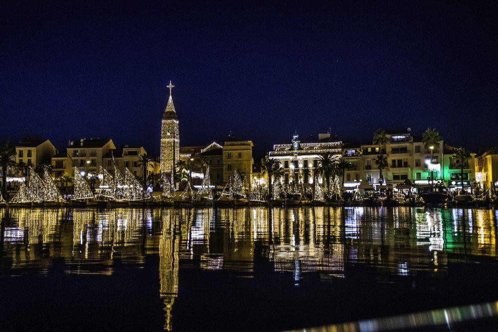 il campanile della chiesa di Saint Nazare a Sanary, illuminato per Natale