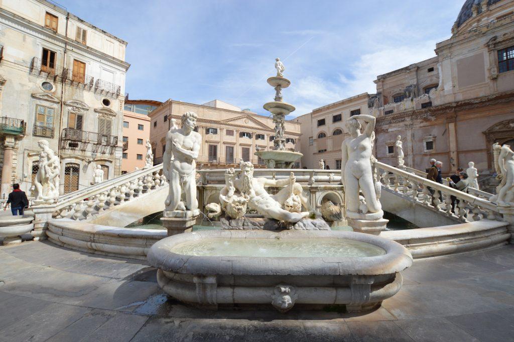 la fontana della Vergogna composta da statue e allogorie